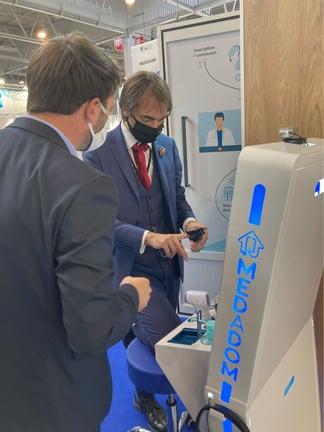 Cédric Villani découvre la cabine de téléconsultation MEDADOM à l'AMIF