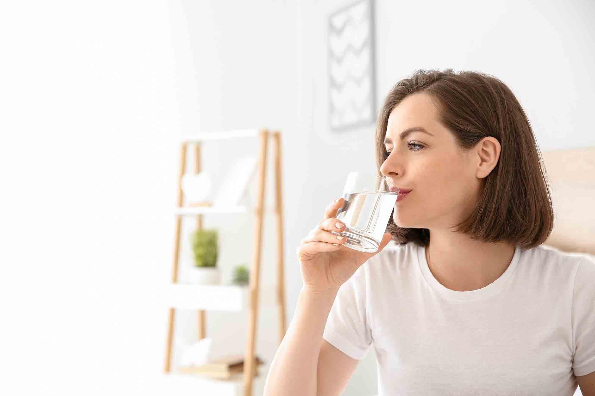 Comment soigner une angine virale ? Boire de l'eau est un élement pour récupérer