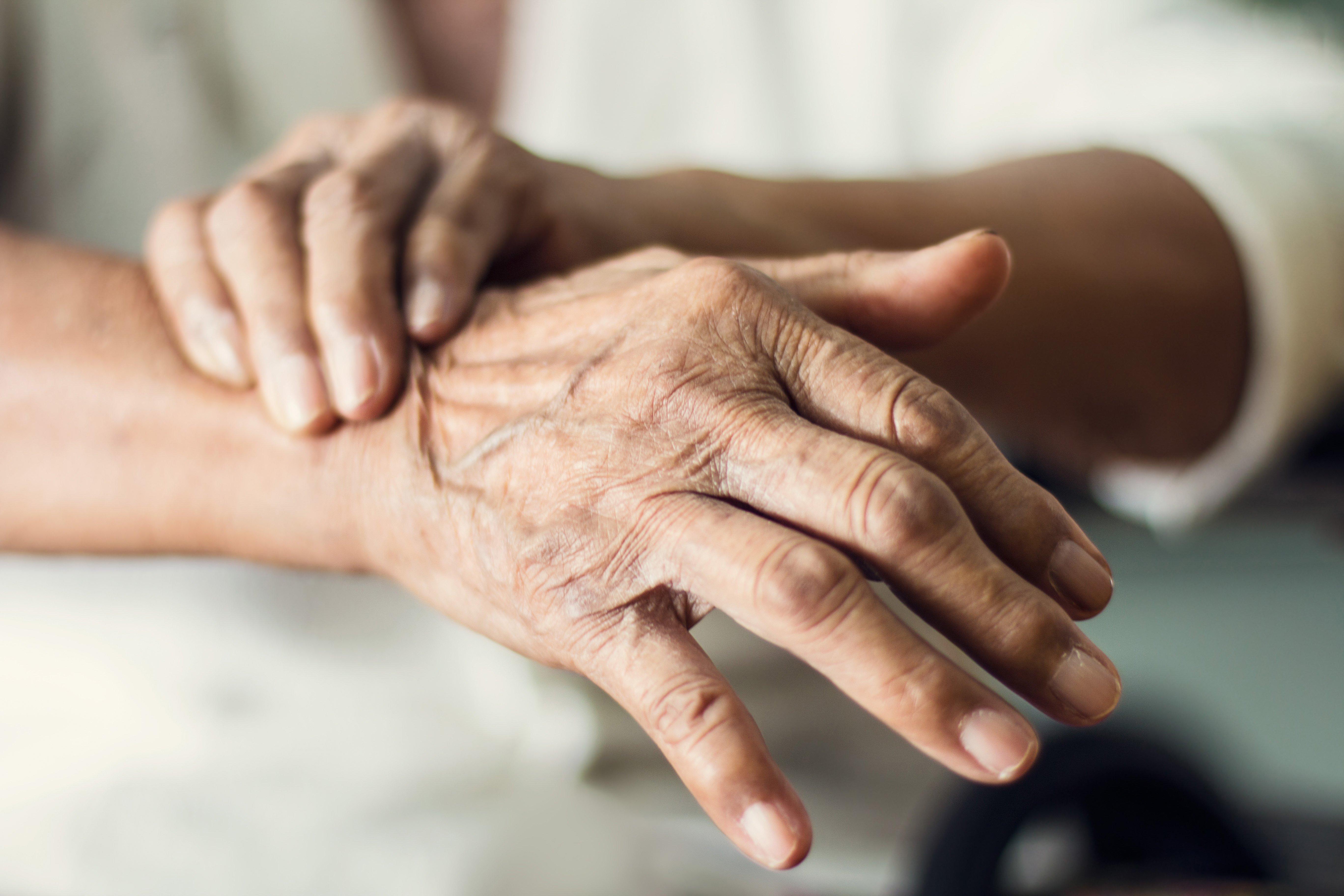 Le tremblement est caractéristique de la maladie de Parkinson