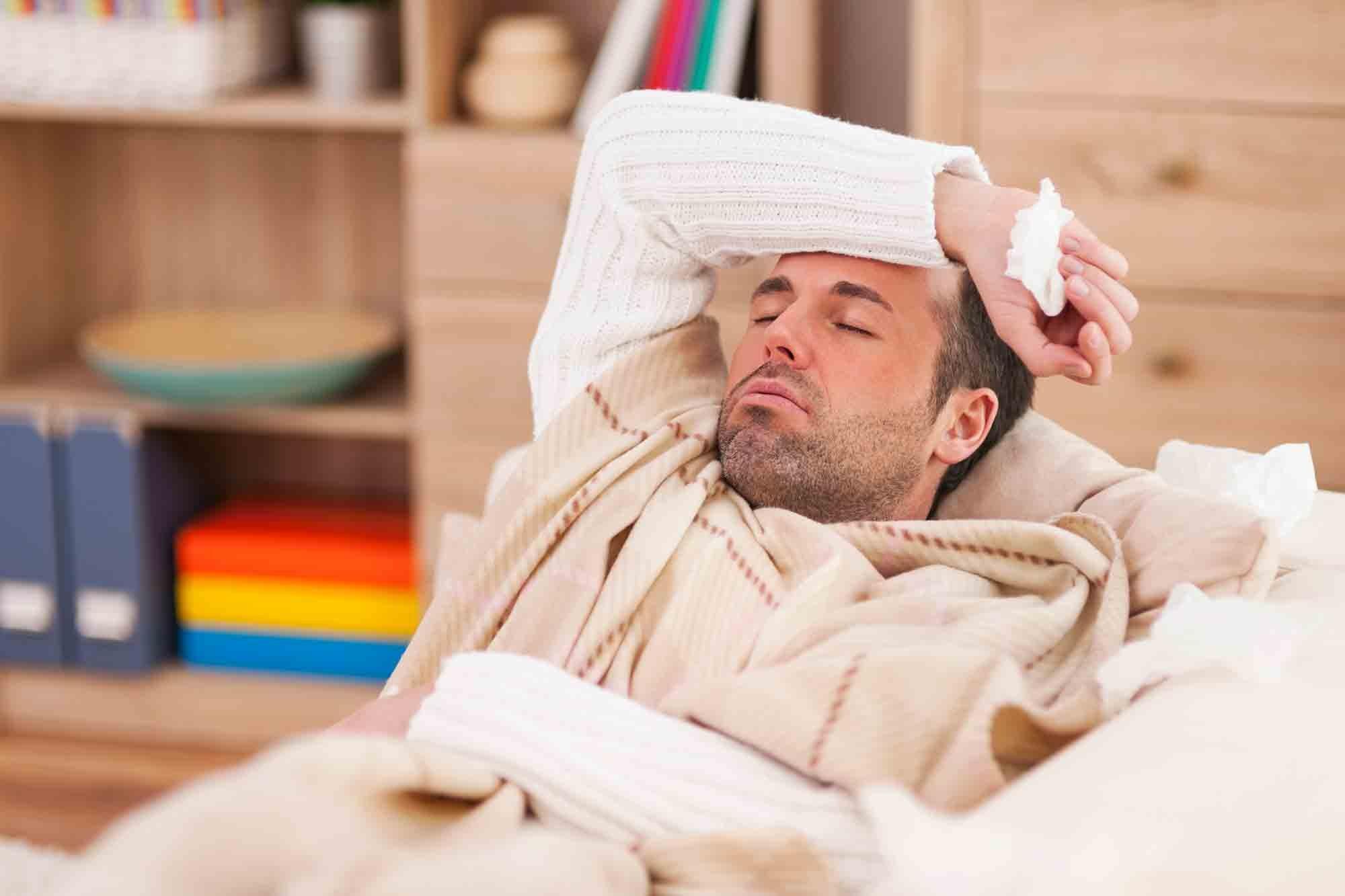 Les symptômes du rhume sont la fatigue et l'écoulement nasal
