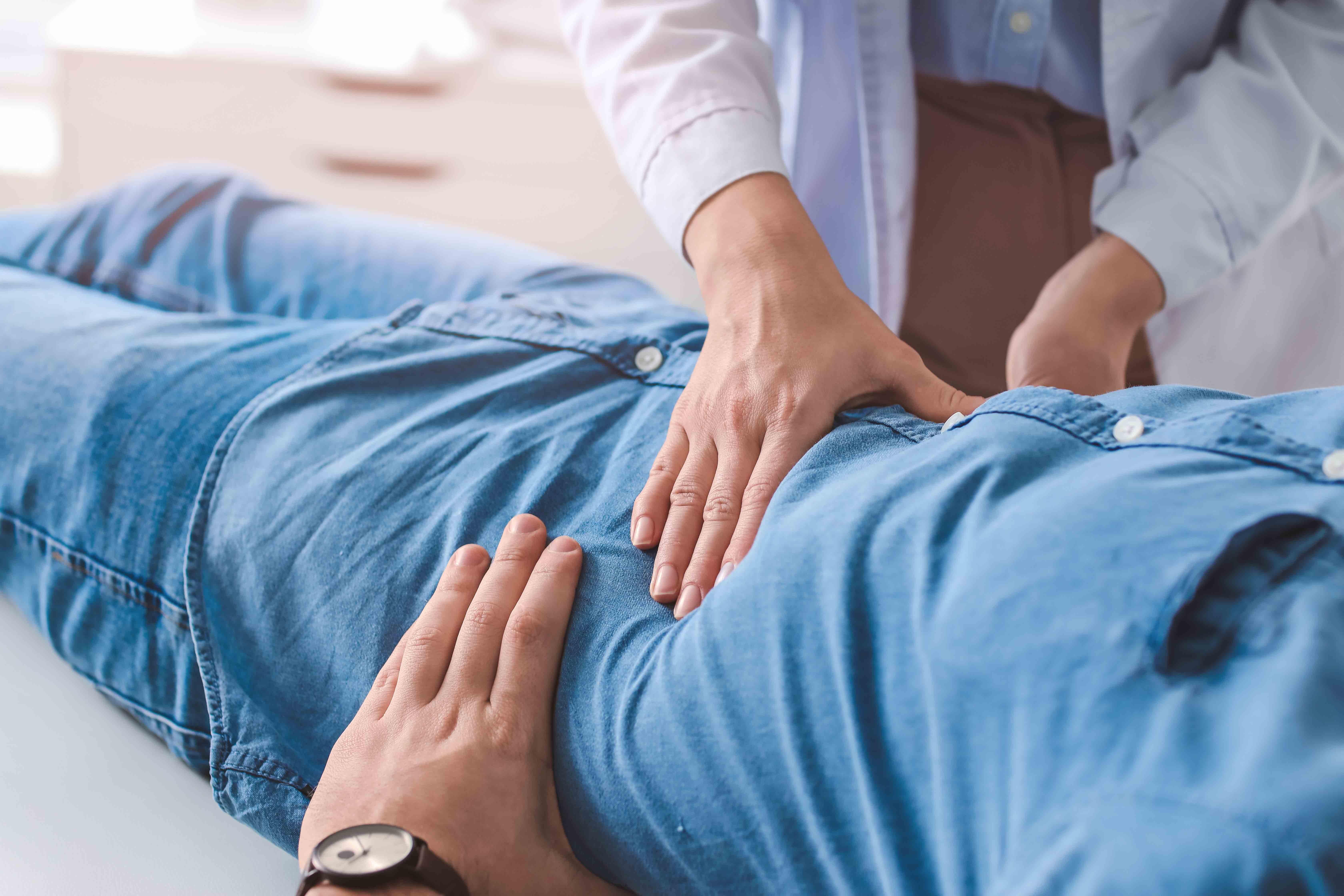 La palpation lors d'un ulcère gastrique ne montre généralement pas d'anomalie